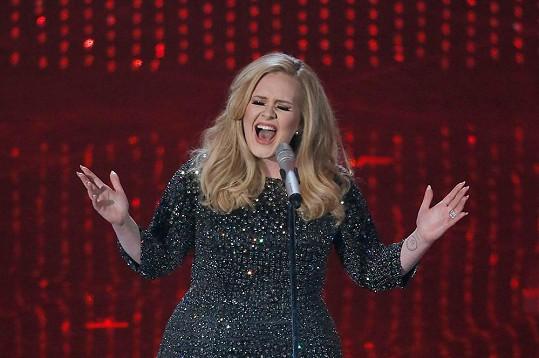Adele bude hostem na svatbě Jennifer Aniston, kde nejspíš i zazpívá.
