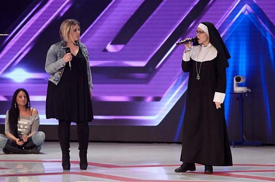 Zpívající jeptiška Monika Agrebi přiznala, že není pravou jeptiškou.