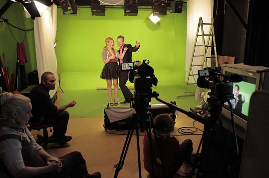 Točilo se na zeleném pozadí, na které bude v postprodukci přidána scéna.