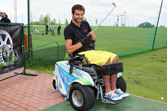 Martin Zach zkouší golf.