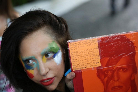 Gaga přiznala, že inspiraci k novému make-upu našla u Davida Bowieho.