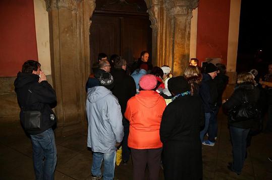 Fanoušci se začali před kostelem scházet už v pět hodin.