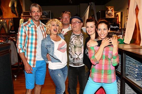 Josef Karas na párty s Miluškou Bittnerovou, Martou Jandovou, Evou Decastelo a Petrem Jandou