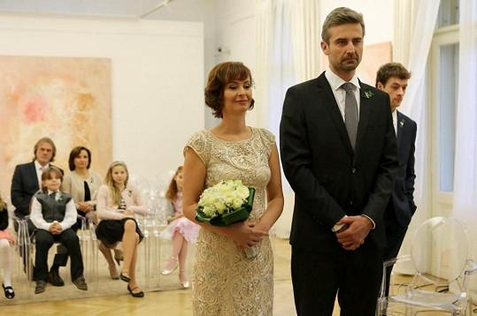 Zatím posledními novomanželi jsou v seriálu Lenka Vlasáková coby Valerie a Roman Zach alias Hynek.