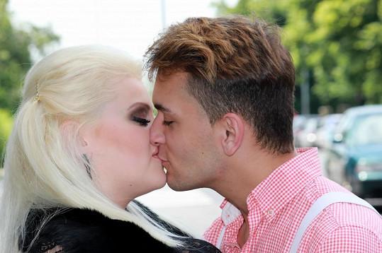 Charlotte a Michal se milují.