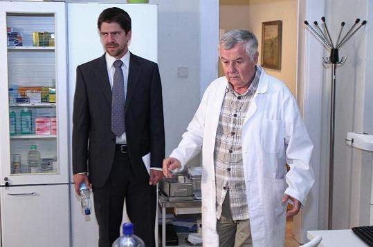 V Cestách domů hraje lékaře.