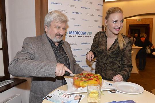 Jan Cimický s narozeninovým dortem a Markétou Konvičkovou.