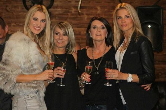 Popřát přišly kolegyně modelky včetně Kláry Medkové, s níž byla v soutěži Miss ČR (vpravo).