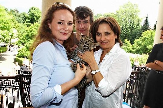 Markéta Hrubešová s Veronikou Freimanovou byly z koťat nadšené, Martin Kraus méně.