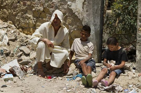 Sámer s dětmi při natáčení.