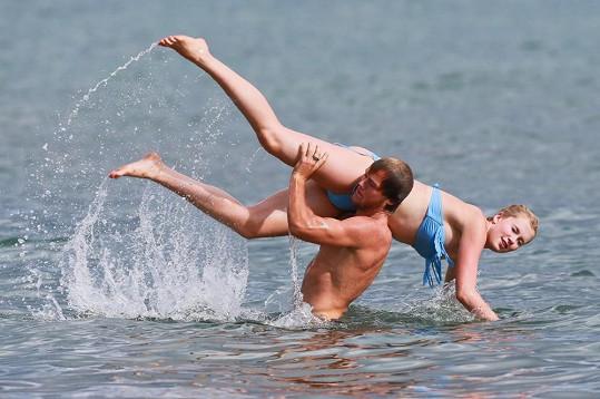 Dvojice na Maui dováděla v moři.