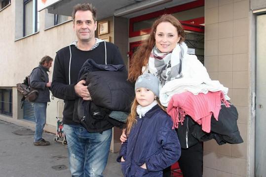 Miroslav Etzler a Markéta Hrubešová z Cest domů donesli teplé oblečení pro bezdomovce.