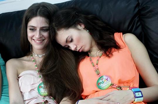 Některé dívky náročný program natolik unavil, že usnuly přímo na zastupitelství České republiky.