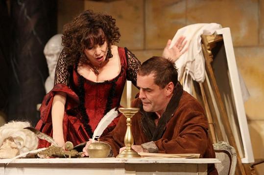 Nela Boudová v divadle ohromuje Miroslava Etzlera svým dekoltem.