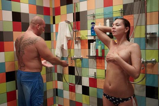 Nikol se sprchuje téměř nahá před ostatními soutěžícími.