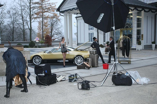 Andrea fotila u auta za 16 miliónů korun.