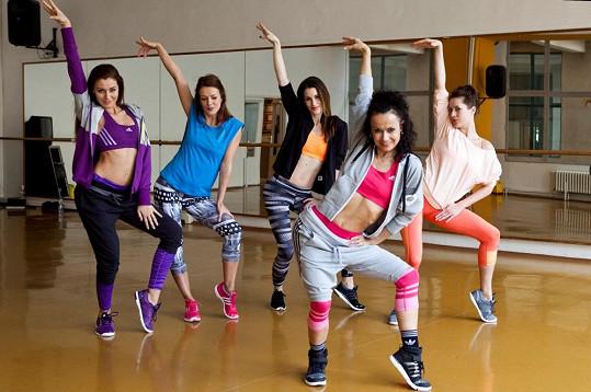 Při tréninku jim pomáhá lektorka Qaša, která má na starost například choreografie účastníků SuperStar.