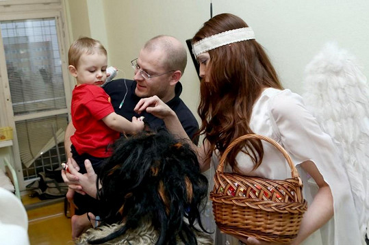 Herci byli na děti hodní a podarovali je hračkami.