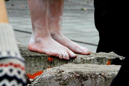 Zpěvačka se tentokrát nevyzbrojila botami na vražedných podpatcích, ale po ulicích Berlína kráčela bosa.