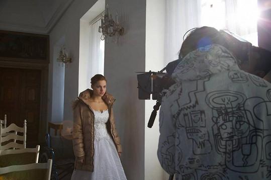 Andrea Daňková při natáčení svatby