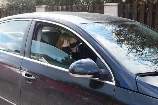 Iveta Bartošová v autě, které už měla dávno vrátit. Nevrátila.