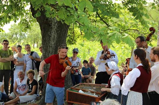 Pavel si festival užívá, zahraje si i v přírodě národního parku s cimbálovou muzikou.