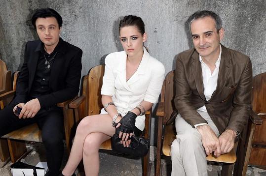 Michael Pitt, Kristen Stewart a Olivier Assayas na módní přehlídce v Paříži