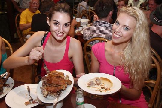 Dívky se naváhají pustit do velkých porcí.