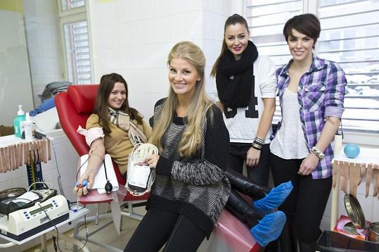 """Krásky přihlíží, jak """"trpí"""" jejich kolegyně Eva Čerešňáková."""