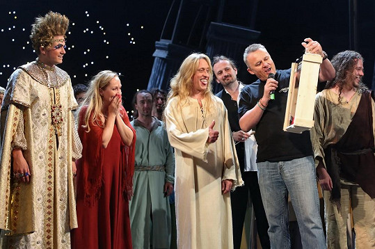 Kamil dostal od ředitele divadla Egona Kulhánka netradiční dárek.