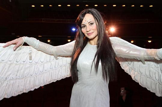 Monika Absolonová hraje anděla.