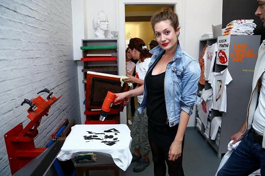 Lenka s kolegy vyráběla potisk na trička.