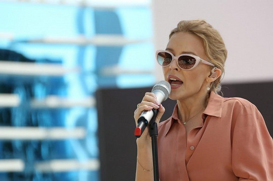 Kylie se v Cannes předvedla v retro outfitu.