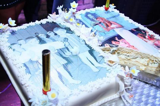 Oslavenkyni potěšil tenhle retro dort s fotkami.