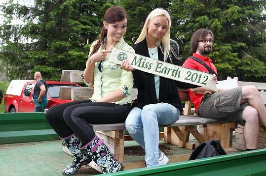 Monika Leová a Tereza Fajksová zapózovaly s šerpou Miss Earth.