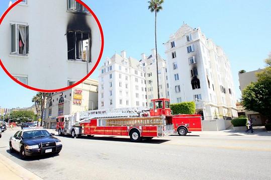 Při neštěstí zasahovalo několik hasičských vozů.