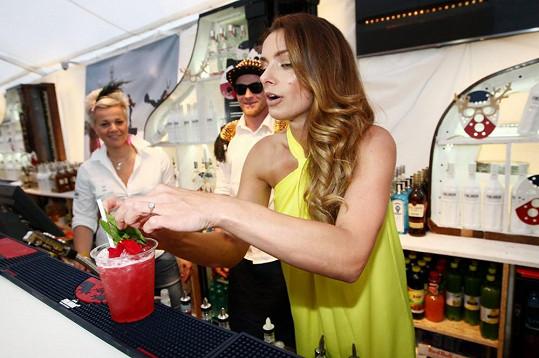 Alice Bendová si umíchala drink, který pojmenovala Benda.