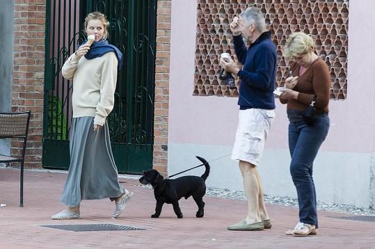 Eva vyrazila na procházku s rodiči a pejskem.