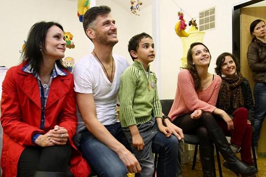Hvězdy Cest domů na představení v azylovém domě