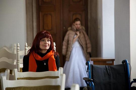 Maminku jí hraje Ljuba Krbová.