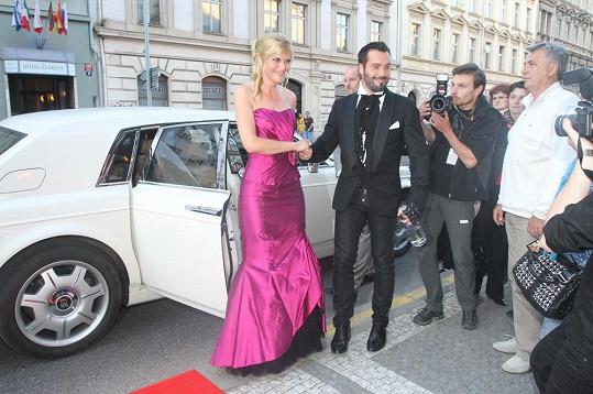 Zpěvák a houslistka přijeli do Hudebního divadla Karlín ve velkém stylu nablýskaným Rolls Roycem.
