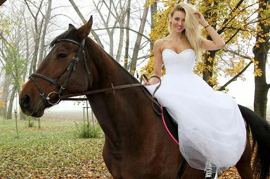 Kateřina Průšová nejprve s úsměvem na rtech pózovala na koni.
