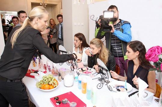 Profesionální vizážistka děvčatům vysvětlovala, jak se správně nalíčit na nejrůznější příležitosti.