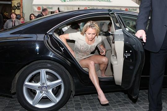 Eva Šebrlová ukázala při vystupování z auta kalhotky.