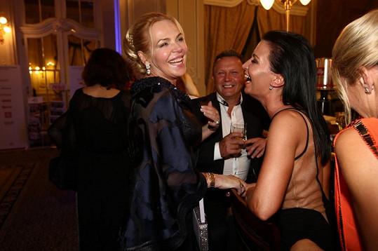 Havlová na večírku v Grandhotelu Pupp v družném rozhovoru s Gábinou Partyšovou