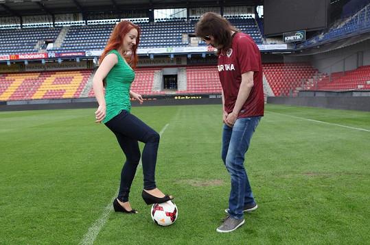 Sympatická zrzečka se fotbalového míče nebojí.