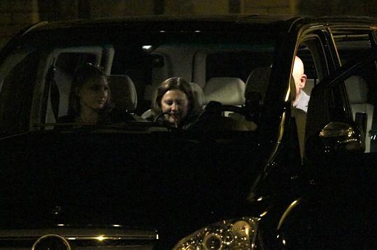Na herce a jeho ženu v autě čekala neznámá dívka.