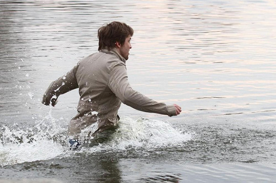 Do vody ho následoval i krasavec Petr Konáš.