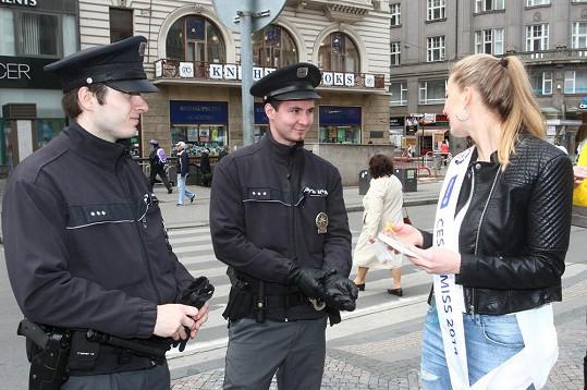 Missky nabízely kytičky i policistům.