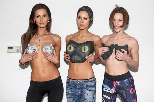 Eliška Bučková pózuje v 3D plavkách s dalšími modelkami.